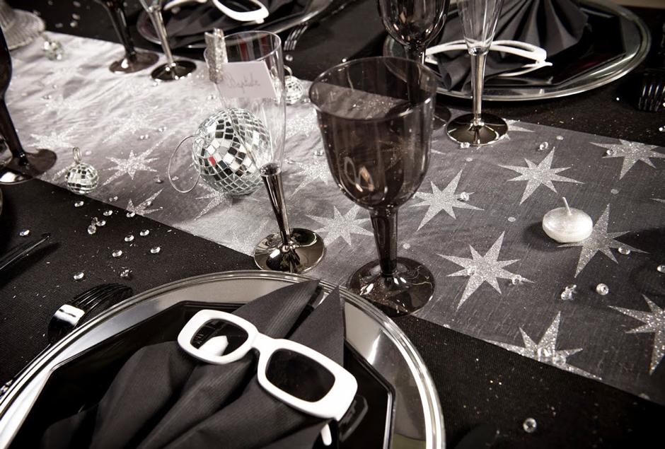 pour une d coration nouvel an r ussie choisissez la table disco. Black Bedroom Furniture Sets. Home Design Ideas